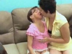 titia ensinando a sobrinha chupar