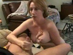 Mãe gostosa chupando filho