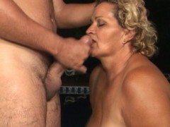 Velha fazendo sexo anal