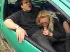 Coroa fudendo no carro