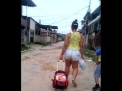 Mae levando o filho a escola com short cavado no cu(parquesaojose-chácara)