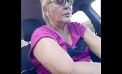 Coroa fazendo boquete no carro