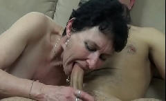 Frech reife Tante hat Sex mit dem jüngeren Mann