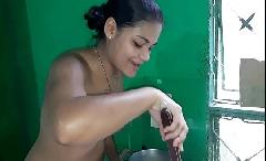 Tigresa safada cozinhando pelada e convida vocês para almoçar com ela batendo na buceta